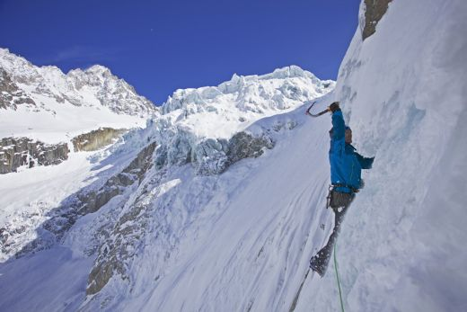 In der neuen Generation GORE-TEX® Pro: Nick Bullock climbing at Rive Guache, Chamonix, France - Fotocredit: Mountain Equipment