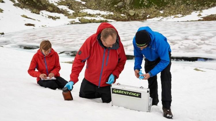 Greenpeace-Wissenschaftler entnehmen Proben zur Bestimmung von PFC-Rückständen Foto: ©Christian Breitler Greenpeace