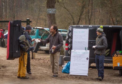 BD Athleten Nalle Huakkataival und Fred Nicole im Gespräch und mit Flipcharts auf einem der Parkplätze in den Bouldergebieten - Fotocredit: Black Diamond