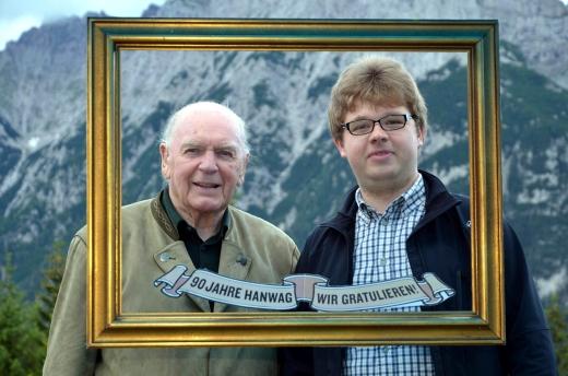 Tradition und Zukunft – Sepp Wagner, Neffe des Firmengründers Hans Wagner, gemeinsam mit Azubi Christian Habel - Bild: Hanwag