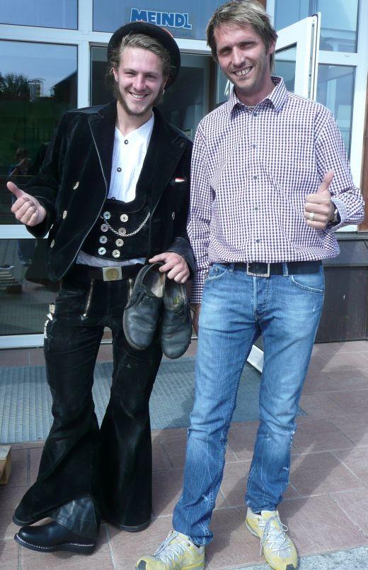 Yannis (links) freute sich über seine neuen Haferlschuhe, die er von Meindl-Mitarbeiter Heinz Franke bekommen hat. Sein altes Paar nahm er als Andenken aber mit. Foto: Brenninger/Meindl