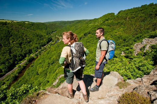 Wanderer auf dem Lahnwanderweg (Wolfslei) - Fotograf / Bildquelle Dominik Ketz Copyright Rheinland-Pfalz Tourismus GmbH Website www.wanderwunder.info/lahnwanderweg